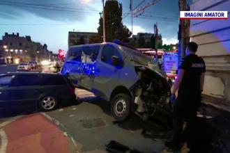 O autospecială a jandarmilor, spulberată de un autoturism. Vehiculul, aruncat pe trotuar