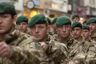 """Soldații britanici se apără de coronavirus cu insecticid. """"Nu are cum să le facă rău"""""""