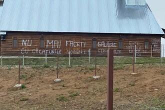 Mesajul jignitor scris pe peretele unei biserici de o persoană deranjată de slujbele difuzate la boxe
