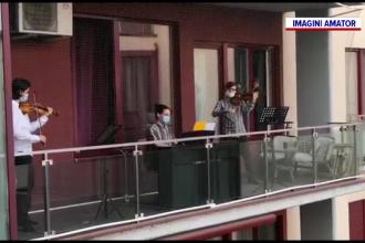 Artiștii din Timișoara au concertat din balcoane. Oamenii i-au ascultat de la ferestre