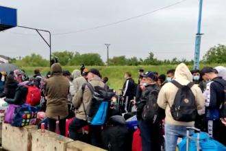 Cozi uriașe la intrarea în ţară din Ungaria. Sute de oameni stau înghesuiți, fără distanțare
