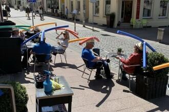 """Metoda inedită prin care o cafenea din Germania își protejează clienții: pălării speciale de """"distanțare socială"""""""