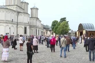Bisericile și-au reluat activitatea. Cum s-au desfășurat primele slujbe în aer liber