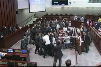 Bătaie generala în Parlamentul din Hong Kong