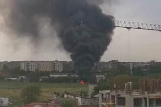 Incendiu puternic în Capitală. Un depozit auto a fost mistuit de flăcări