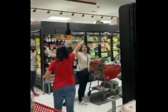 VIDEO. O femeie fără mască a fost gonită din supermarket de alți clienți furioși