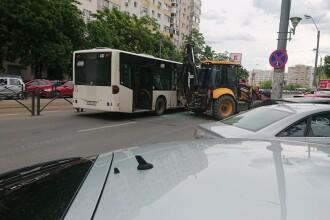 Un autobuz STB a fost lovit de un excavator în București. Patru persoane au fost rănite