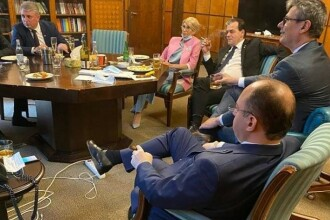Relaxare fără restricții. Liderii PNL, surprinși în timp ce beau alcool și fumează în birou