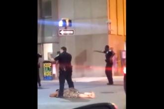 Scene uluitoare. O femeie îi trage 2 pumni unui polițist, după care este făcută knock-out