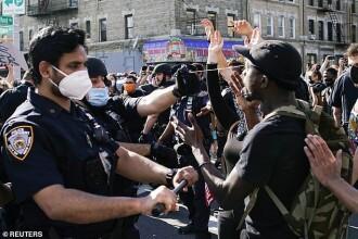 VIDEO. Un polițist american îi trage masca unui protestatar și îi pulverizează spray lacrimogen în ochi