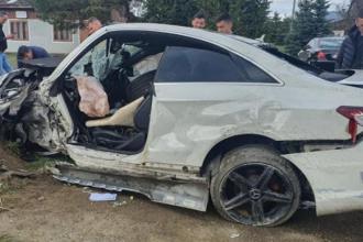 Momentul în care un tânăr băut și-a distrus mașina, în Suceava. Ce au găsit martorii în portbagaj
