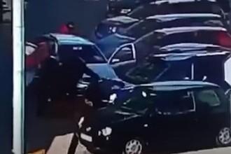 VIDEO. Moment șocant în Roman. Trei pietoni, loviți pe trotuar de o șoferiță care voia să iasă din parcare