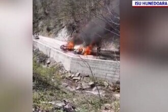 Două mașini au ars la poalele cetății Sarmizegetusa. Intervenția pompierilor a fost anevoioasă