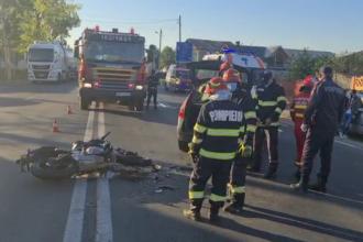 Impact violent între o motocicletă și o mașină pe DN 71. Șoferița ar fi încercat să întoarcă, fără să se asigure