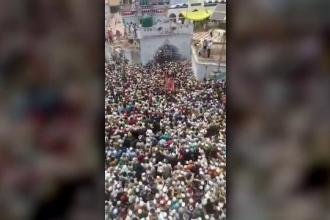 În India răvășită de Covid-19, mii de oameni s-au îngrămădit la înmormântarea unui cleric musulman