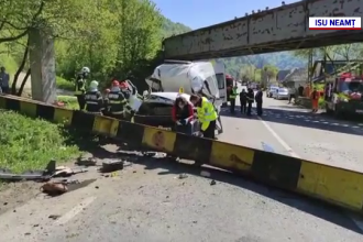 Două persoane au murit în Neamț după ce o parte dintr-un pod feroviar a căzut peste un microbuz de pasageri