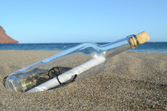 A găsit pe plajă o sticlă cu o carte de vizită înauntru și a sunat la numărul de telefon. Cine i-a răspuns bărbatului