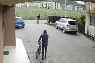 Tineri filmați în timp ce furau biciclete. Hoții au acționat în mijlocul zilei