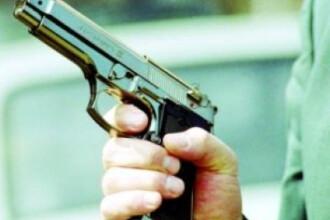 Un politist a facut uz de arma, dupa ce colegul i-a fost atacat cu un cutit