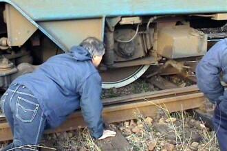 Un ajutor de mecanic a ajuns la spital dupa ce a fost prins intre doua vagoane deraiate