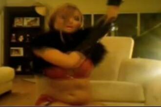 Tila Tequila, beata crita! Uite cum cade de pe scaun cand face striptease!