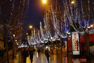 Tablou de poveste: fulgi de zapada pe Champs Elysees!