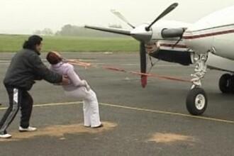 Record mondial! O tanara de 20 de ani a tras cu parul un avion de 6,8 tone