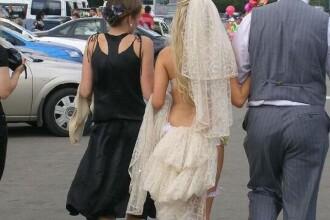 Rochia care i-a scos pe preoti din minti. De ce i-au interzis unei blonde intrarea in biserica. FOTO