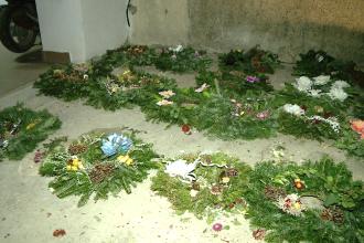 Hoti fara frica de Dumnezeu. Doi indivizi au furat 40 de coroane si mai multe flori de pe morminte