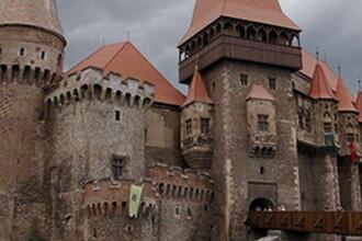 Castelul Corvinilor, la un pas de RUINA. Am putea pierde o comoara medievala din cauza nepasarii