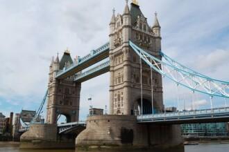 Investitie de 1.3 mil. de euro, avariata de pantofi cu toc si sticle de bere. Platforma de sticla Tower Bridge s-a crapat