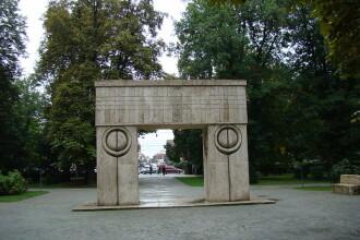 Poarta Sarutului s-a ingalbenit dupa ce a fost spalata, spune proiectantul lucrarilor de restaurare