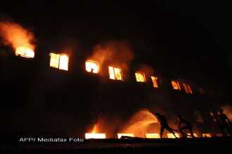 Cel putin 121 de morti intr-un incendiu produs intr-o fabrica de textile din Bangladesh