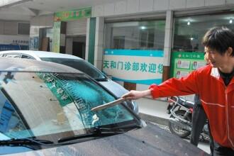 Incident bizar intr-o parcare din China. Ce a gasit un sofer pe parbrizul spart al masinii