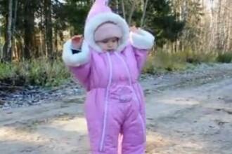 Un bebelus a devenit vedeta internetului. Ce face cand vede prima data o bucata de gheata. VIDEO