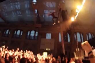 Dezastrul care a urmat dupa ce un rapper a sarit de la 10 metri inaltime, peste fanii lui. VIDEO