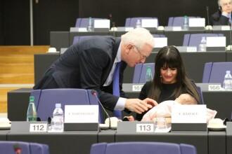 Elena Basescu s-a intors la munca, dupa doar 2 luni. A adus-o pe Sofia in Parlamentul European. FOTO