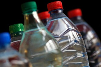 Adevarul despre apa imbuteliata. Care este diferenta dintre lichidul din sticla si cel de la robinet