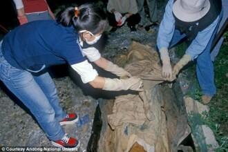 Ramasitele intacte ale unui calugar mumificat, descoperite in Mongolia. Budistii sunt convinsi ca nu e mort, ci mediteaza