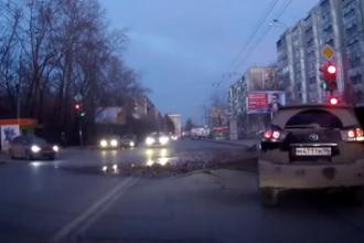 Ce se intampla cand un sofer din Rusia incearca sa treaca pe culoarea rosie a semaforului. VIDEO