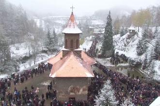 13.000 de credinciosi s-au rugat la mormantul parintelui Arsenie Boca, la 24 de ani de la moartea sa