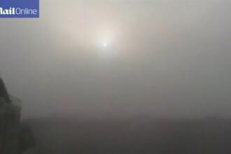 Un nor gros de ceata care mirosea a