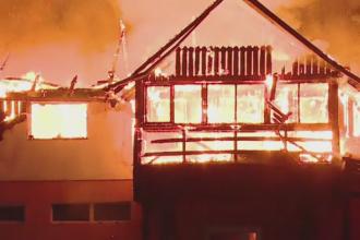 O familie din Mures a ramas fara casa, dupa ce un incendiu violent a cuprins cladirea