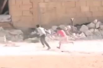 Un baietel sirian se preface ca e mort, in timpul unui atac armat, pentru a salva o fetita - VIDEO