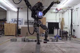iLikeIT. Cele mai noi gadgeturi: robotul care stie karate si incaltamintea sport personalizata pe calculator