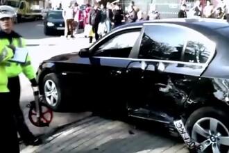 O femeie aflata cu fetita la plimbare, lovita de o masina pe trotuar. Copila a supravietuit pentru ca era legata in carut