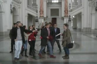 Un student a incercat sa il convinga pe Radu Mazare sa isi semneze demisia. Reactia primarului Constantei