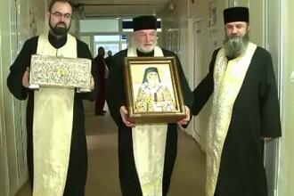 Moastele Sfintilor Andrei si Nectarie, aduse in spitalul de urgenta din Galati. Preotii s-au rugat pentru sanatate