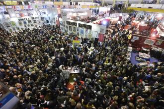 Iohannis a dat peste 2.000 de autografe la Romexpo si a prelungit programul targului.