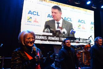 Imagini cu Iohannis cantand imnul, la deschiderea Targului de Craciun de la Sibiu. Sibienii i-au scandat numele minute in sir